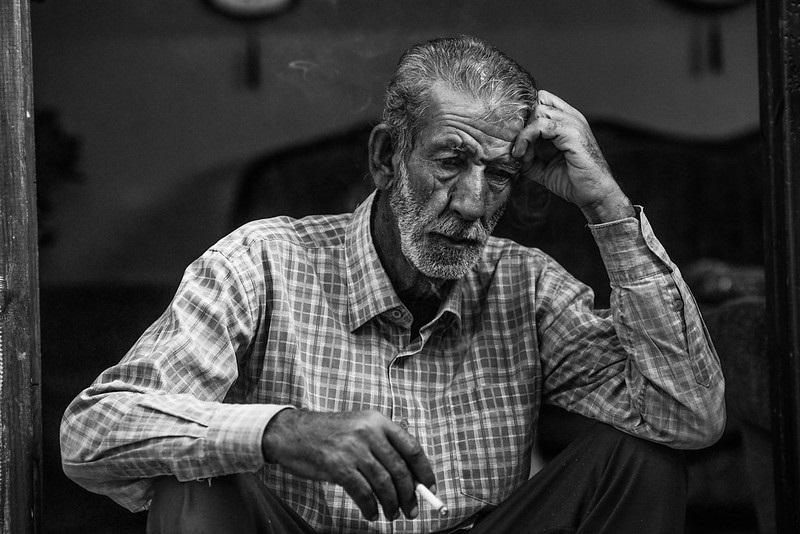 Homme âgé tête baissé et regard vide