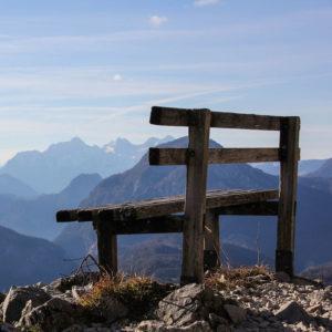 Banc en haut surplombant un massif montagneux