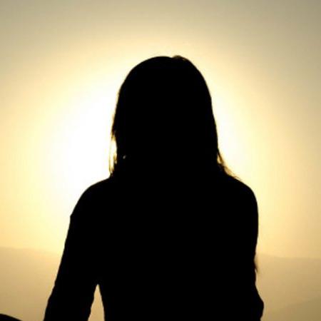 Profil de femme éblouit par le soleil