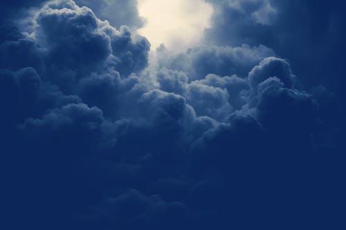 Ciel bleu très nuageux