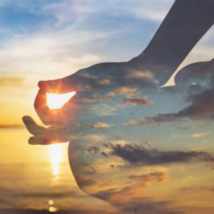 Ciel avec une ombre de personne jambe croisé méditant