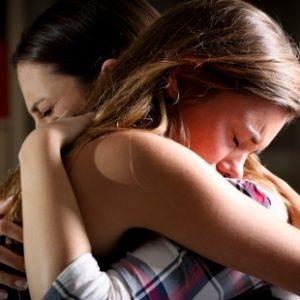 Câlins et pleures entre maman et fille