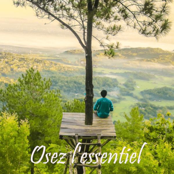 Jeune homme assis sur une plateforme en haut d'un arbre